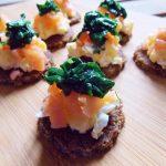 Mini kanapki z jajkiem, łososiem i szpinakiem
