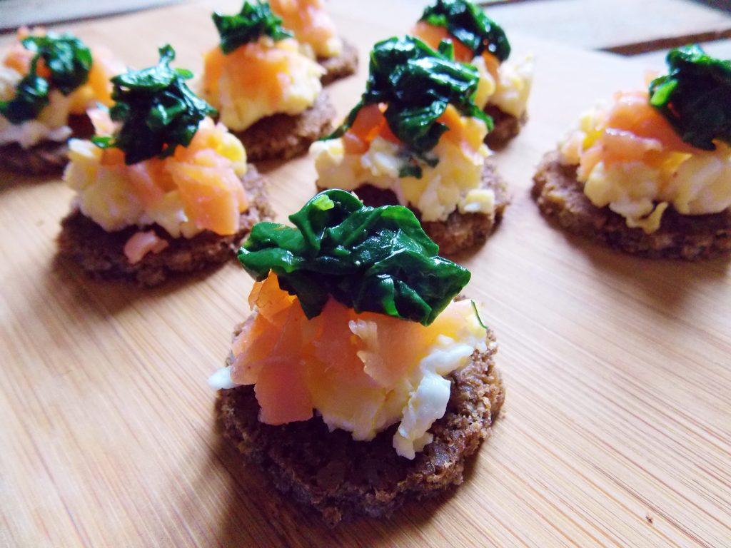 mini-kanapki-z-jajkiem-lososiem-i-szpinakiem