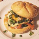 Burger z jajkiem i pstrągiem tęczowym