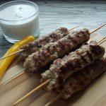 Szaszłyki z mięsa mielonego z szałwią i dipem miętowym