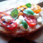 Grzanki z grillowanymi pomidorami i mozarellą