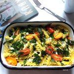 Makaron zapiekany ze szpinakiem, serem i pomidorami