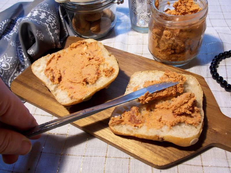 Pasta kanapkowa z udek kurczaka i suszonych pomidorów
