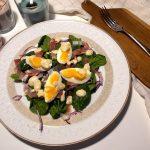 Sałatka ze szpinakiem, jajkiem i szynką