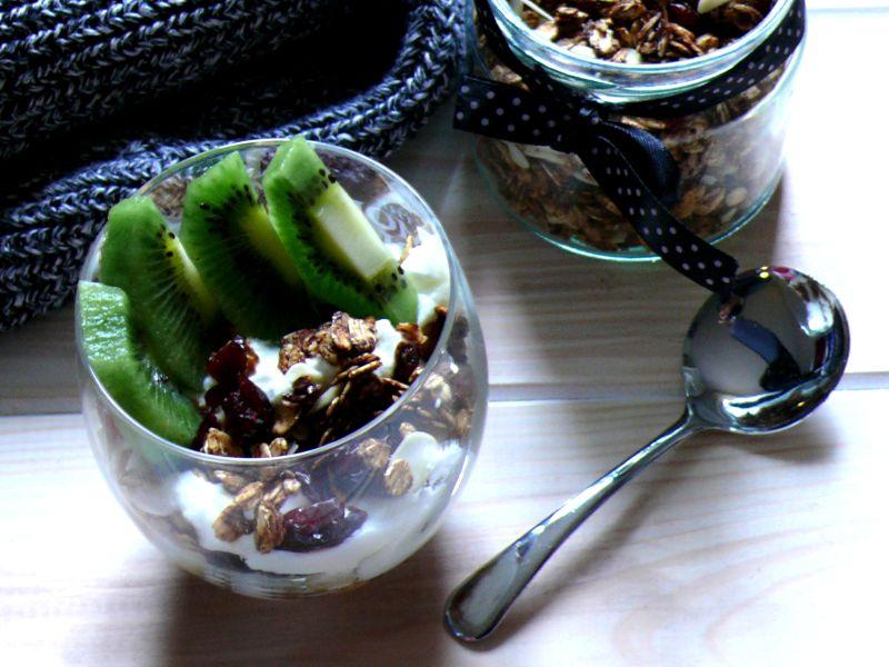 Domowa granola z orzechami i żurawiną