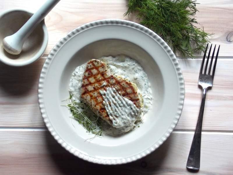 Stek z tuńczyka z sosem chrzanowo-koperkowym