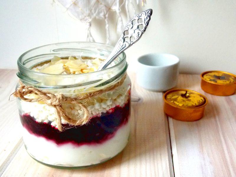 Deser z jogurtem, czarną porzeczką i ekspandowaną kaszą jaglaną