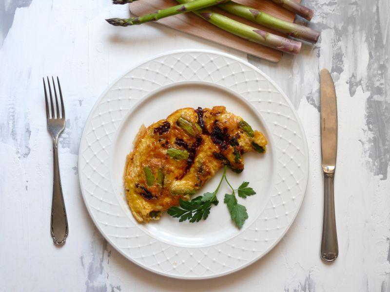 Omlet z zielonymi szparagami i suszonymi pomidorami