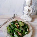 Zielona sałatka z groszkiem cukrowym i szparagami