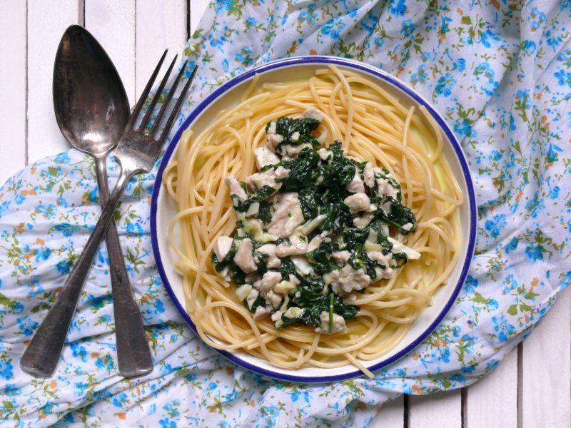 Spaghetti z sosem z indyka, szpinaku i sera camembert