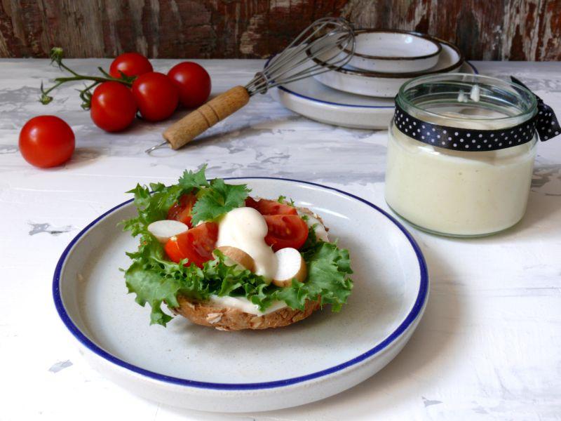 Wegański sos majonezowy o smaku serowym