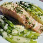 Lekki łosoś z sosem serowym i zielonymi szparagami