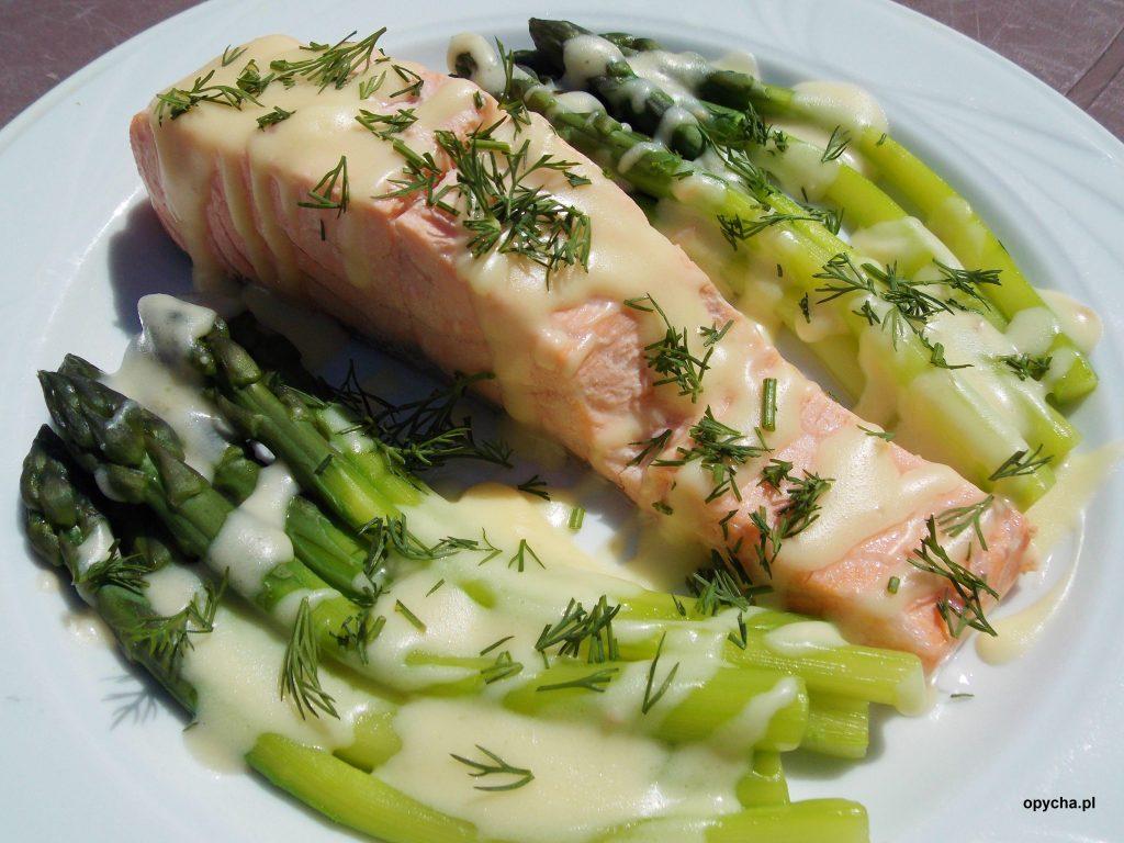 lekki-losos-z-sosem-serowym-i-zielonymi-szparagami