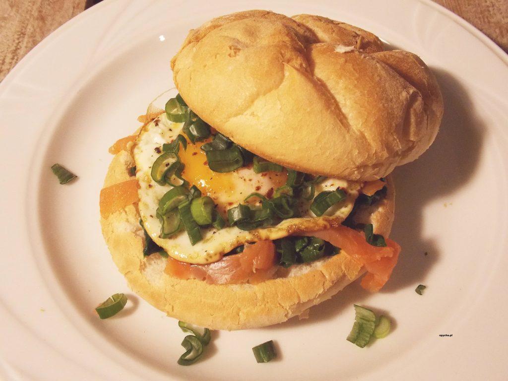 burger-z-jajkiem-i-pstragiem-teczowym