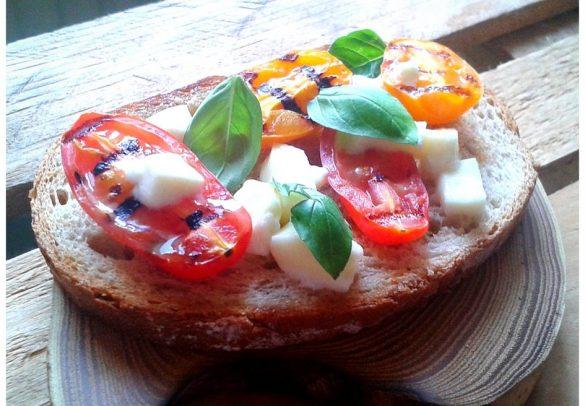 grzanki-z-grillowanymi-pomidorami-i-mozarella