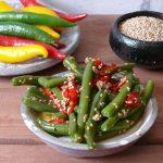Zielona fasolka z chilli i sezamem