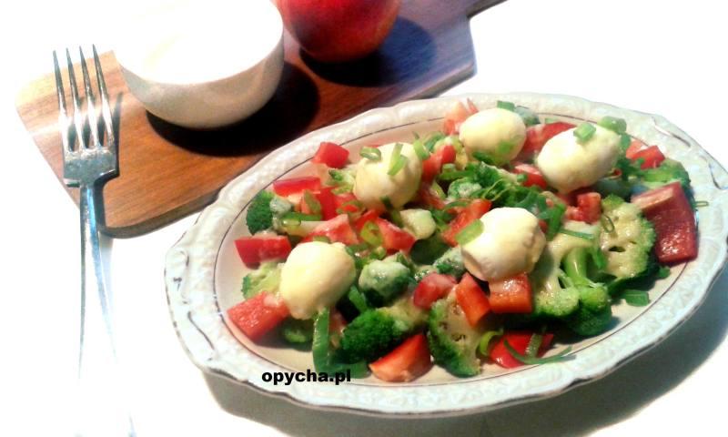 salatka-z-jajkami-przepiorki-i-brokulem