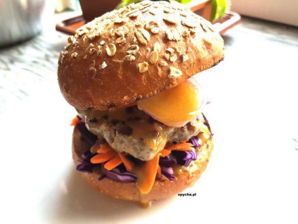 burger-z-bialej-kielbasy-z-czerwona-kapusta