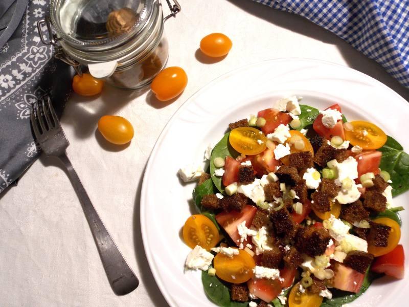 salatka-z-feta-i-grzankami