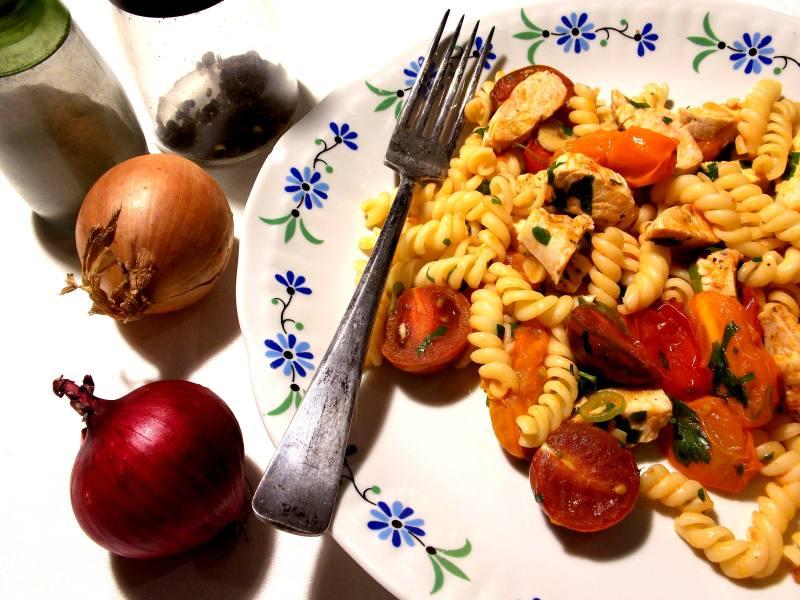 resztkowy makaron z mięsem lub rybą