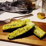 Ogórki z czarnym sezamem i żółtym sosem