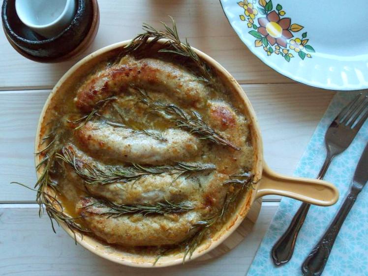 biała kiełbasa pieczona z sosem miodowo-musztardowym i rozmarynem