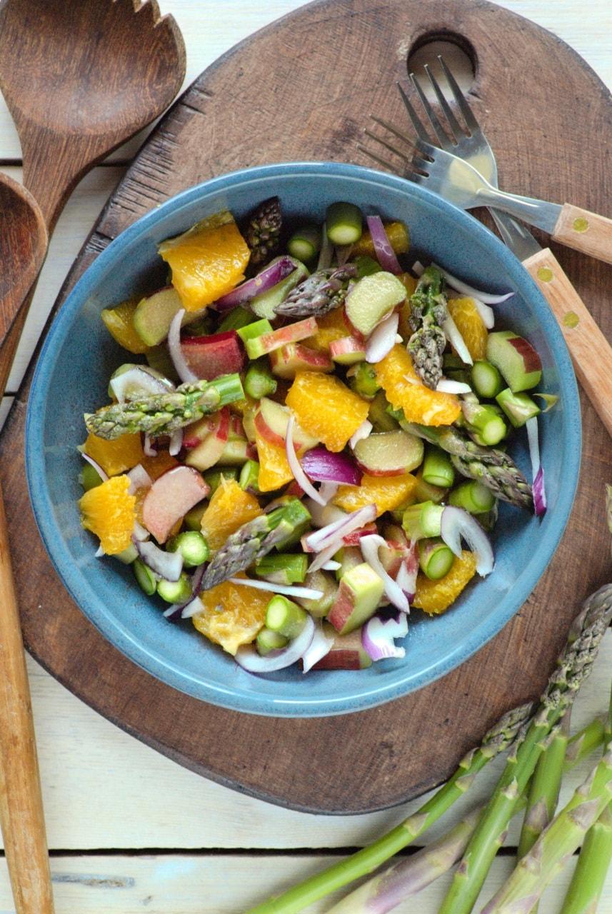 słodko-kwaśna sałatka z rabarbarem, pomarańczą i szparagami