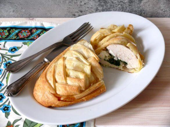 Pierś kurczaka z fetą i szpinakiem zapiekana w cieście francuskim