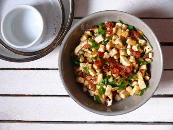 Tofucznica z suszonymi pomidorami i zieleniną