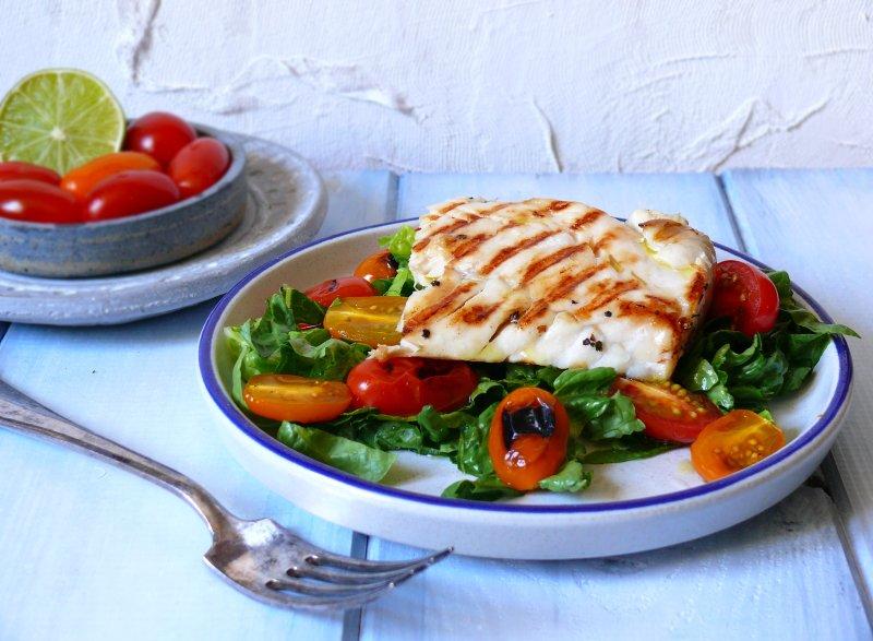 filet z dorsza na sałacie i grillowanych pomidorkach