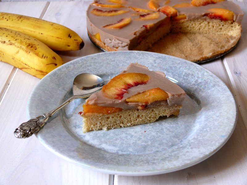 Proste ciasto biszkoptowe z brzoskwiniami i bananową galaretką