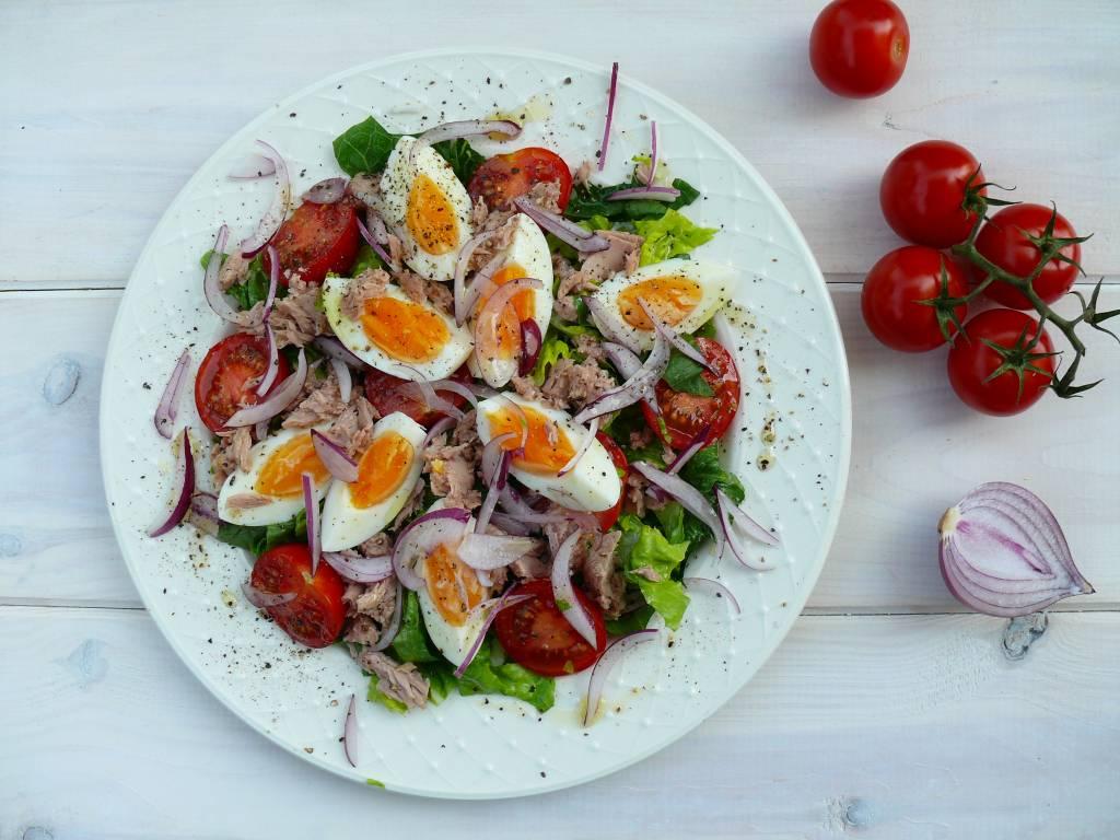sałatka z tuńczykiem i jajkiem a'la nicejska