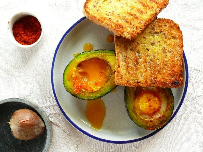 pieczone jajko z awokado i żółtkiem