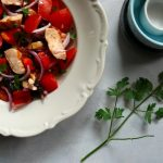 Sałatka z pomidorem, papryką i kurczakiem