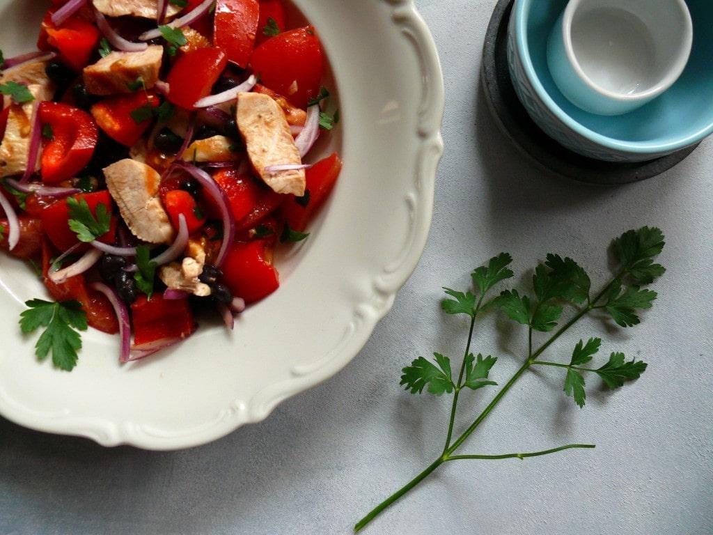 czerwona sałatka z kurczakiem, pomidorem i papryką, proste, fit