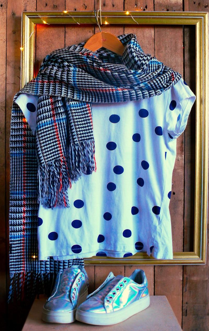 szafa kapsułkowa, jak zrobić kapsułkową szafę, co to jest kapsułkowa szafa, koszulka sinsay, trampki house
