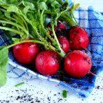 Ogródek na balkonie – jak uprawiać warzywa w bloku