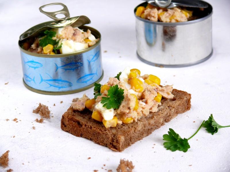 sałatka kanapkowa z tuńczykiem jajkiem i kukurydzą prosta szybka przekąska