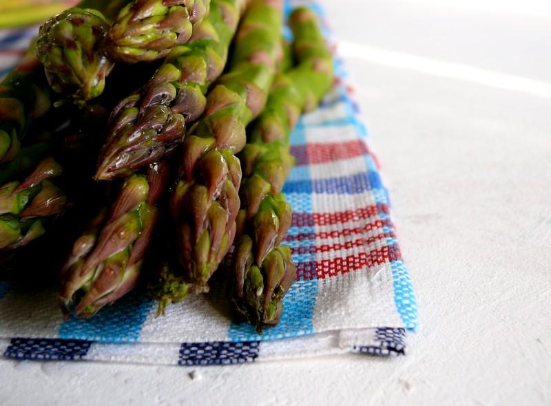 jak robić przygotować zielone szparagi surowe bez obierania z grilla gotowane