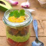 Proste guacamole z jajkiem i grzanką podane w słoiku