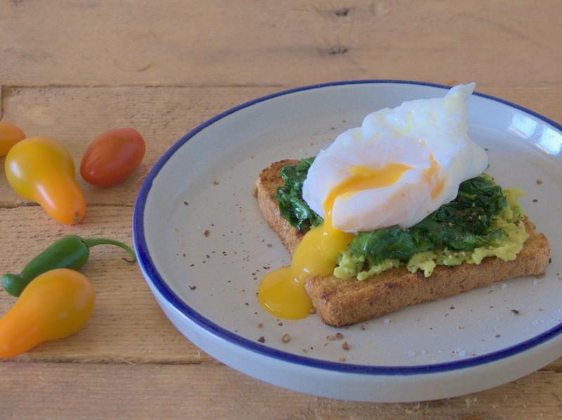 prosta grzanka śniadaniowa z jajkiem w koszulce, szpinakiem i awokado