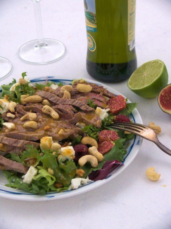 sałatka ze stekiem, figami, malinami i sosem orzehcowym