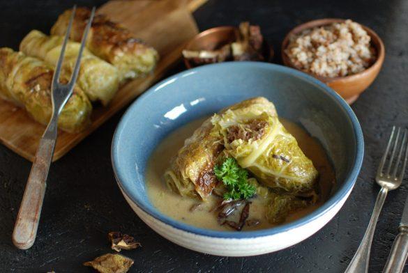 niskowęglowodanowe gołąbki z mięsem i kapustą w sosie śmietanowo-grzybowym, dieta low carb, przepis