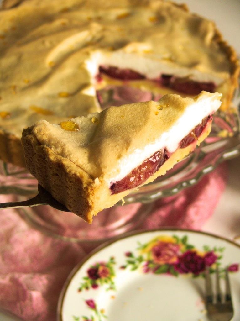 Kruche ciasto placek tarta ze śliwkami i bezową pianką bezą z rosą