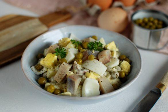 sałatka z jajek, groszku i śledzia, śniadaniowa, każdy zrobi, prosta