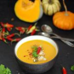 Kremowa zupa z dyni z curry, mleczkiem kokosowym i sokiem z pomarańczy