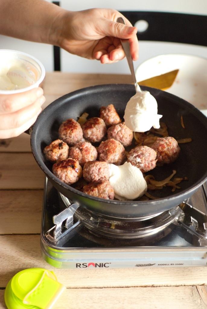 pulpeciki z białej kiełbasy w sosie chrzanowym