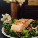 Grillowany łosoś z brokułami, szpinakiem i suszonymi pomidorami, dosmaczony sezamowym dressingiem