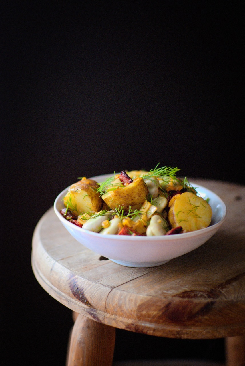 Sałatka z młodych ziemniaków z bobem i kiełbasą