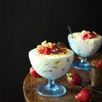 Sernik na zimno z truskawkami podany w pucharkach – wersja dla leniwych